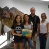 Milena de 12 años es la visitante 150.000 del Museo de los Dinosaurios
