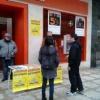 Una de las mesas en las calles de Burgos sobre el referéndum contra la corrupción. Foto. PCAS